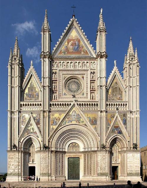Orvieto-catedral-gótica-colorida-com-mosaicos-e-mármore